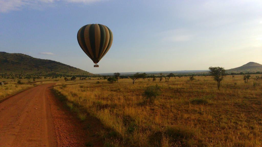 Una mongolfiera nel parco del serengeti