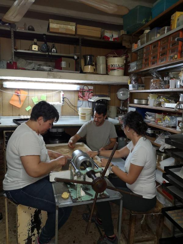 Artigiani al lavoro panificio agliata