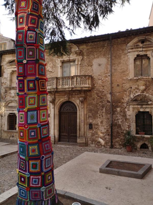 Albero decorato per il tricot street art