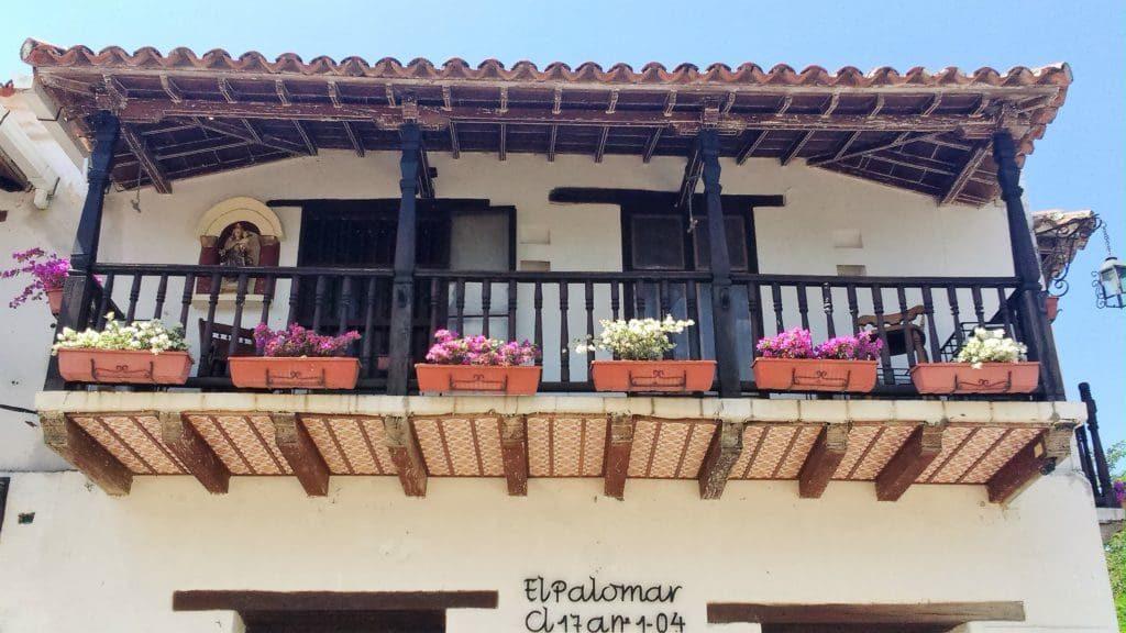 Una balconata di legno di una casa coloniale