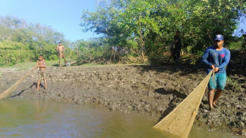 Pescatori lungo il fiume magdalena di mompox