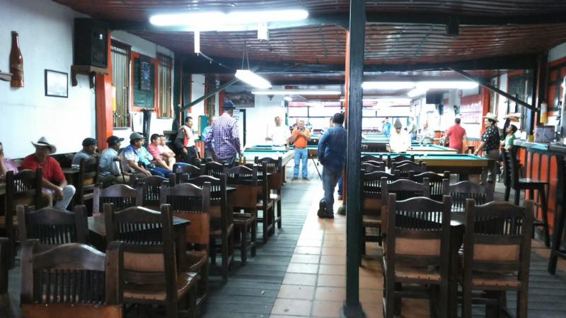 In un caffè di Salento omoni corpulenti giocano a biliardo