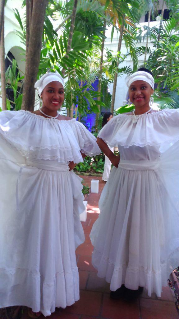 Due donne vestite di bianco ad un matrimonio a Cartagena