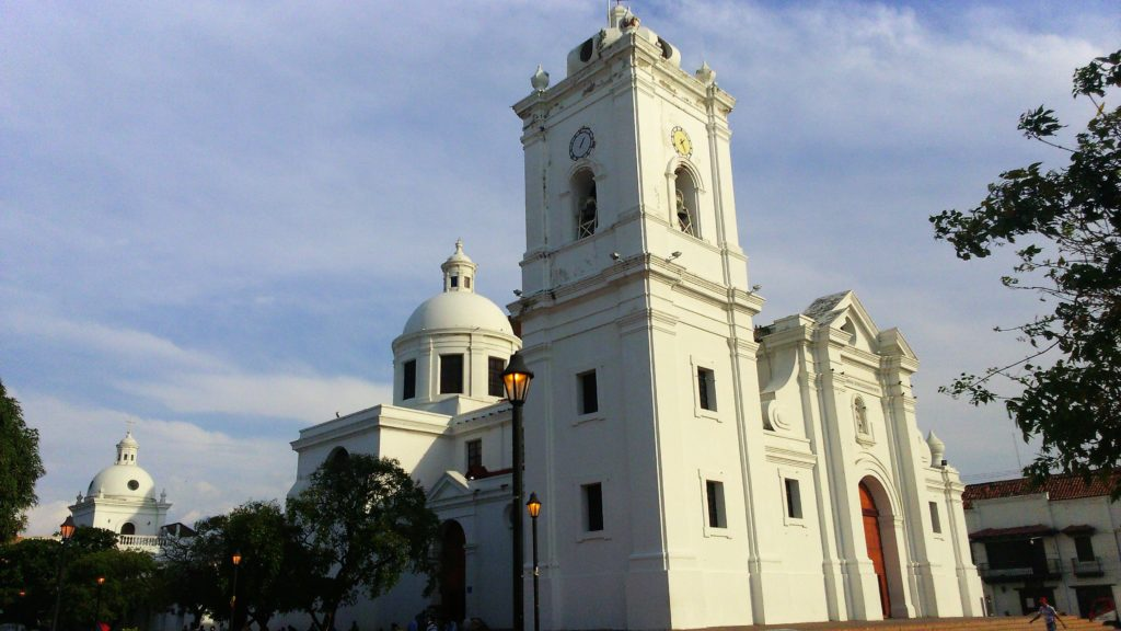 La chiesa bianca coloniale di Santa Marta