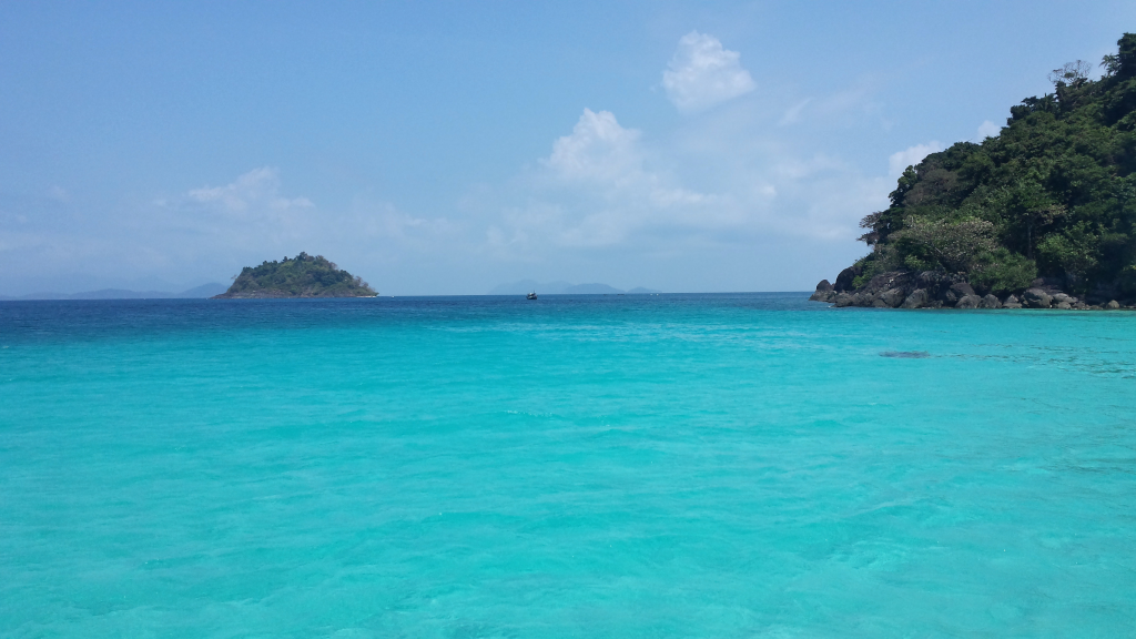 escursione isola circondata dal mare azzurro