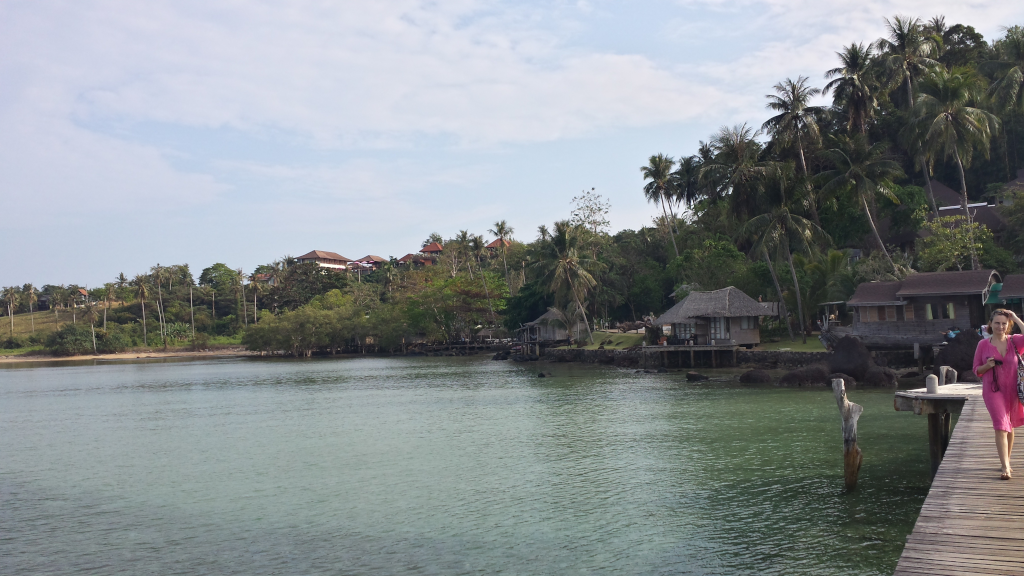 la passarella in legno sul mare dell'isola koh mak
