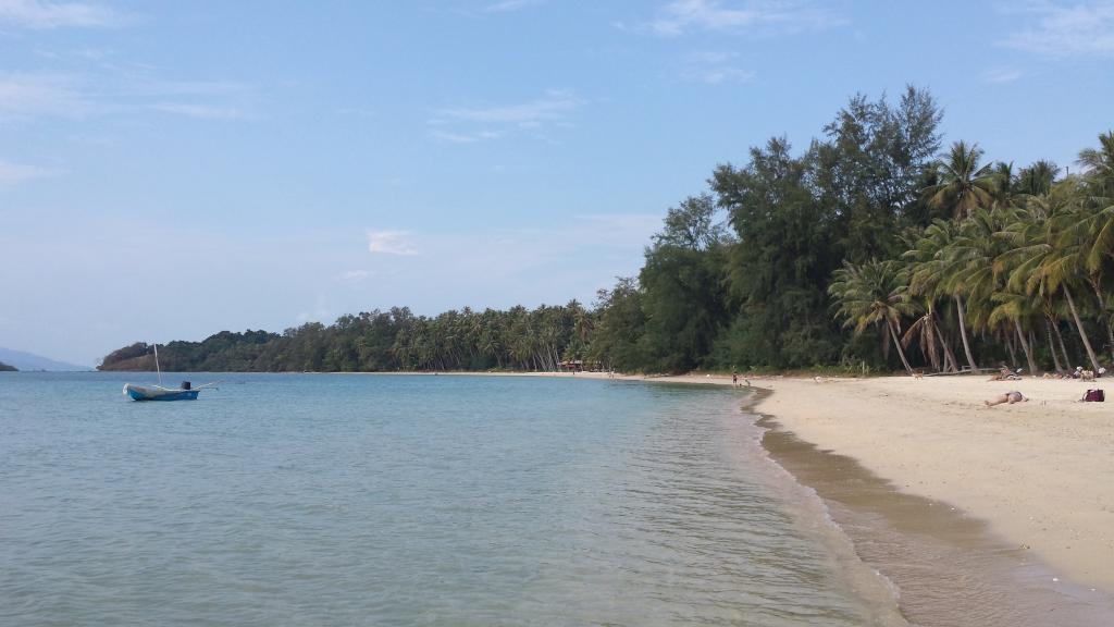 una spiaggia dorata con mare blu cristallino di koh mak