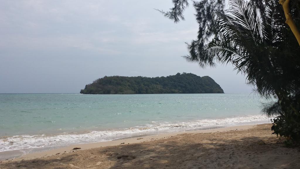 vista isola dalla spiaggia di koh mak