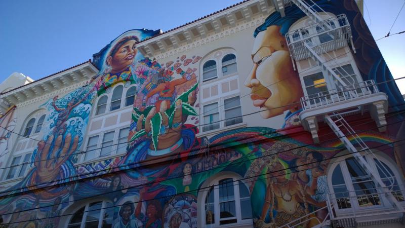 Murales su un edificio di Mission