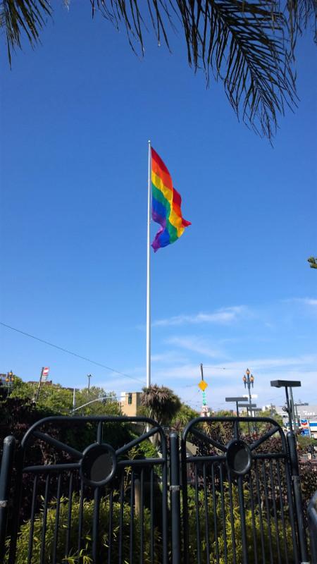 La bandiera arcobaleno di castro a san francisco simbolo della comunita gay