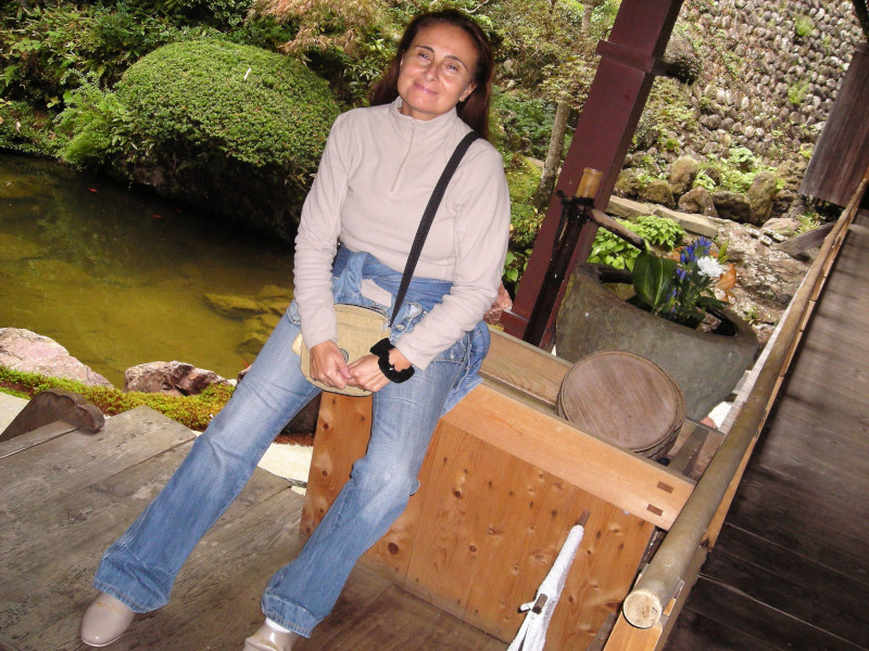 davanti tempio buddista con pantofole giapponesi