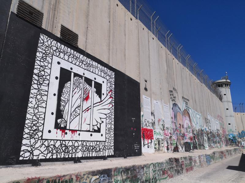 Il muro difronte al walled off hotel di betlemme