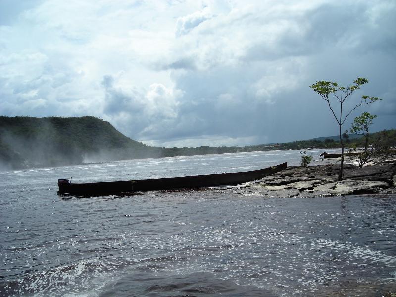 La laguna Canaima con la curiara tipica imbarcazione indigena