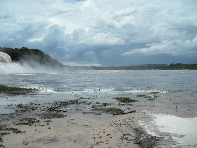 La laguna di Canaima con cascate