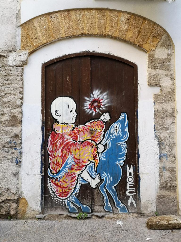 Un murales sulla porta di un'abitazione del quartiere del Capo a Palermo