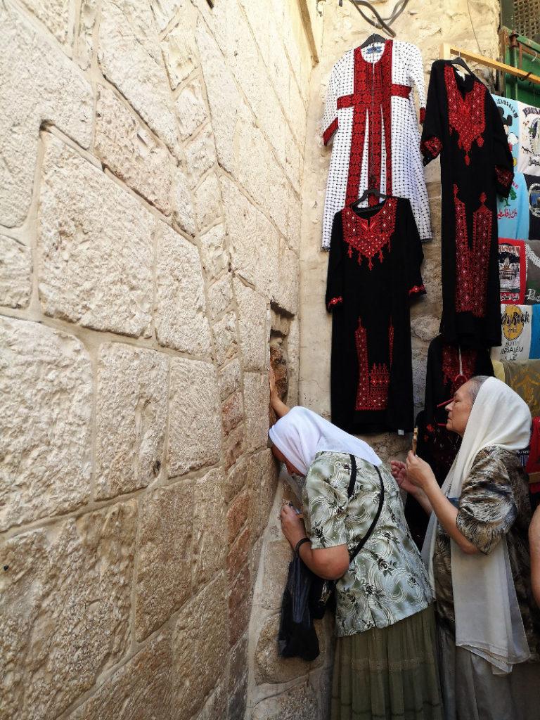 Donne che pregano ad una stazione della della Via Crucis