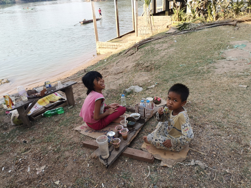 Bimbi che giocano a Don Khone,4000 isole