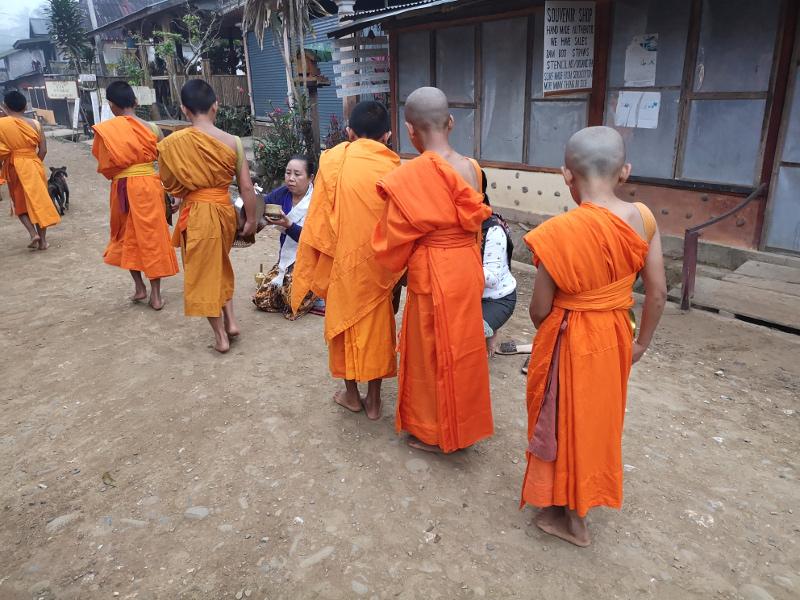 monaci sfilano per il tak bat in Laos