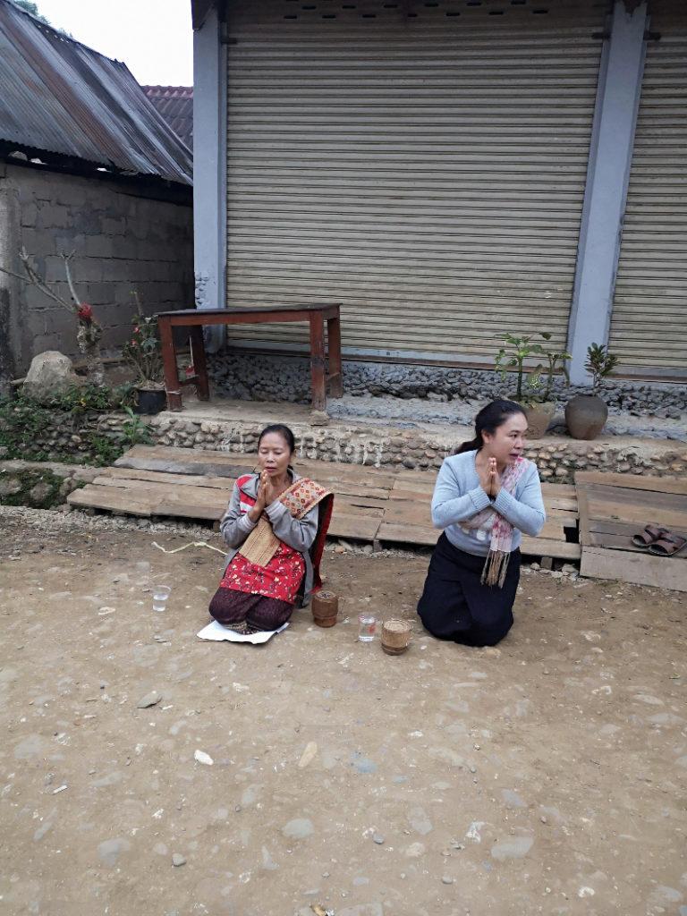 Due fedeli di Muang Noi che aspettano la processione dei monaci