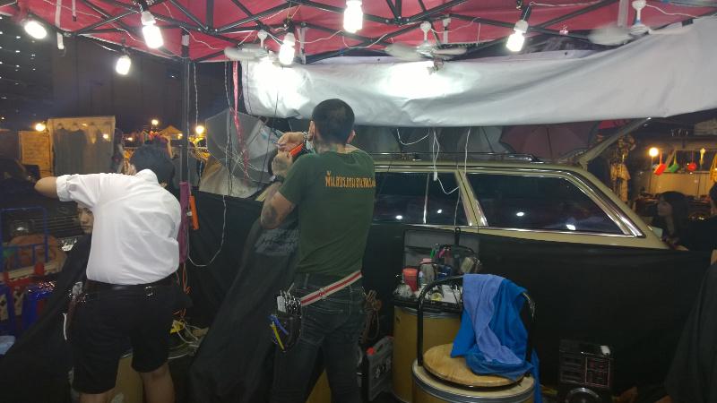 Il barbiere al Ratchda Rot Fai di Bangkok