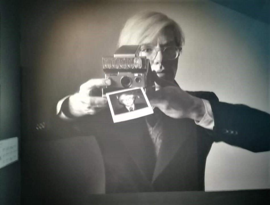 Auto ritratto di Wahrol con la sua Polaroid