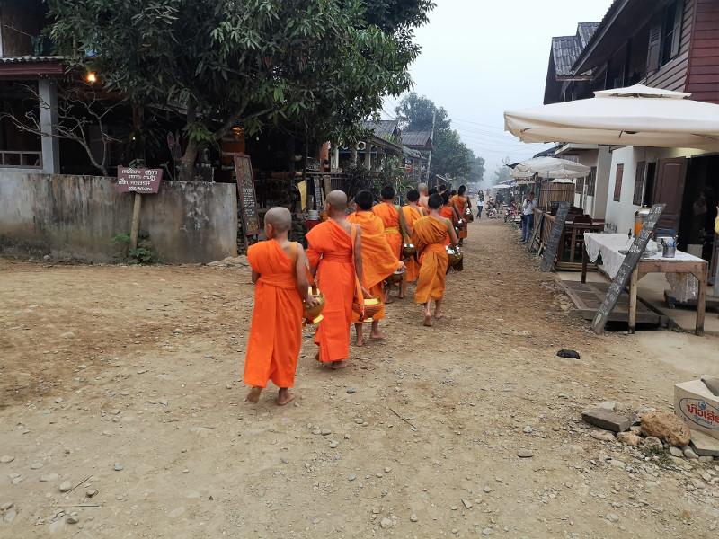 Il Tak Bat a Muang Ngoi Neua in Laos