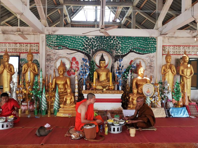 Monaci che consumano il pranzo in un tempio di Champsak