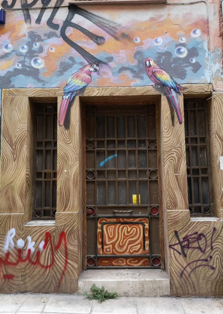 Ingresso di un edificio di exarchia con murales