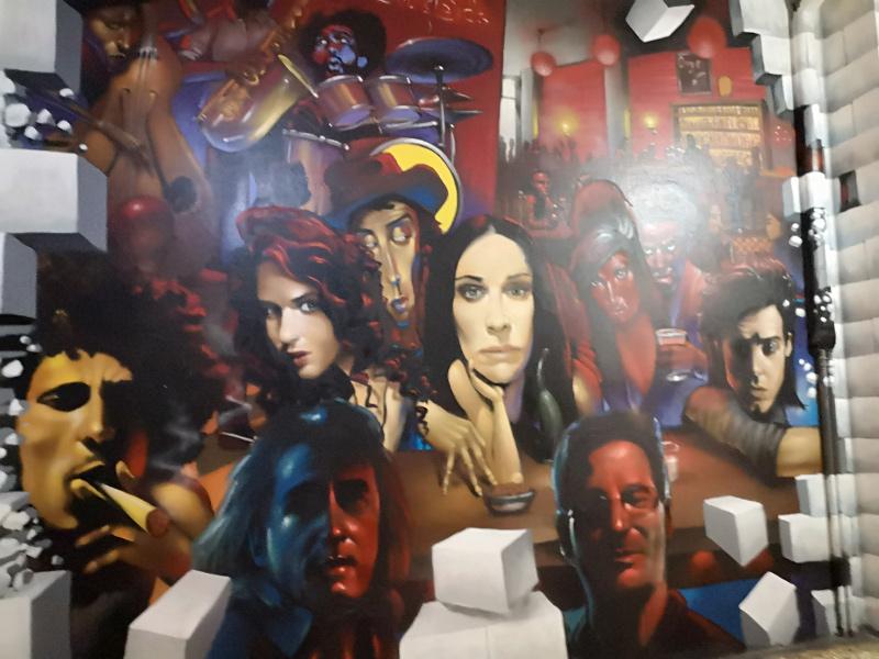 Un murales di cantanti famosi