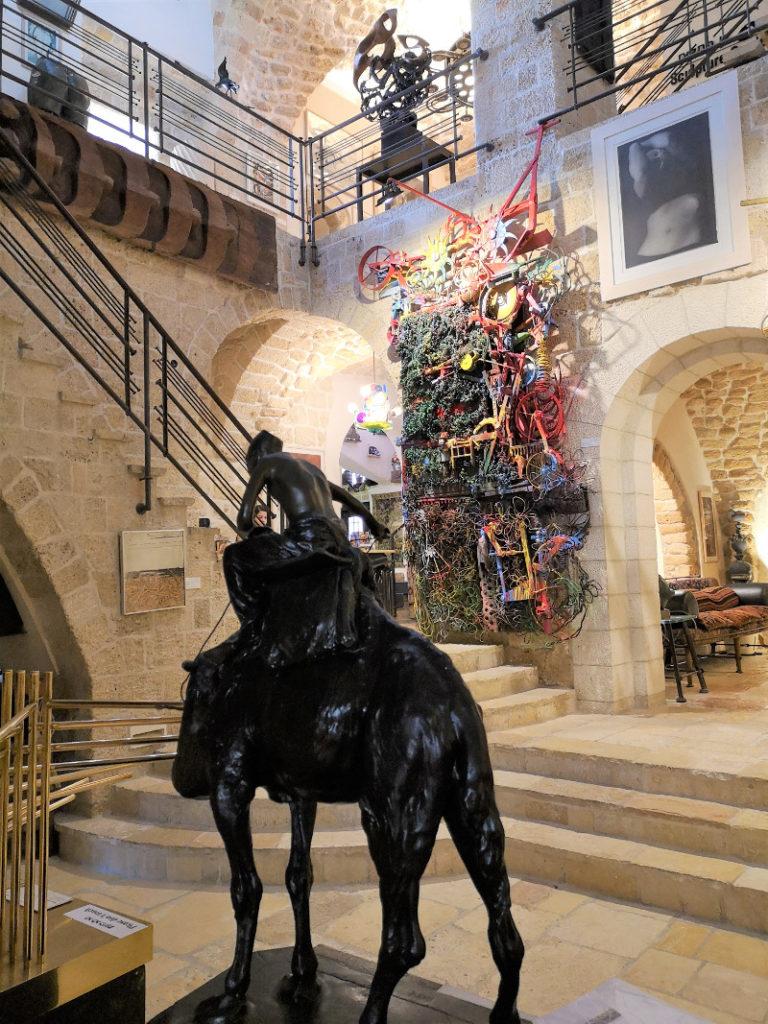 Installazione cavallo con condottiero nel museo di Ilana Goor