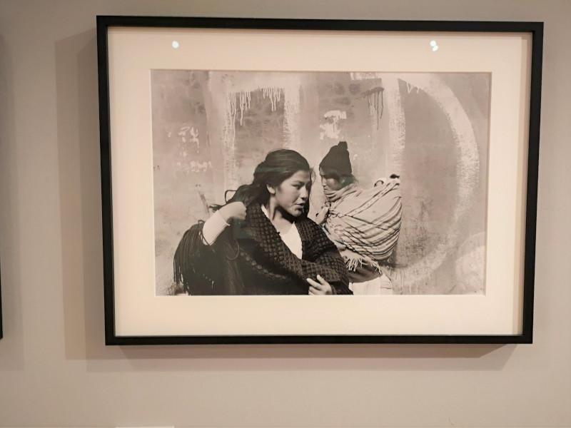 Donna con bambino delle Ande boliviane alla mostra Francesco Scianna