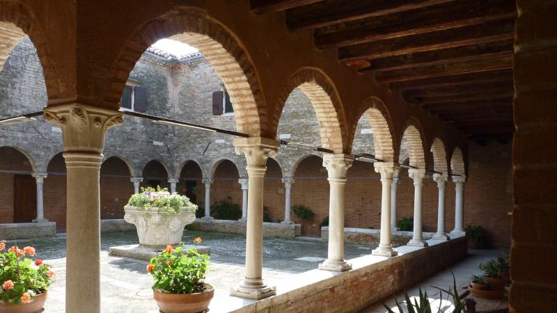 Il chiostro del convento San Francesco deserto