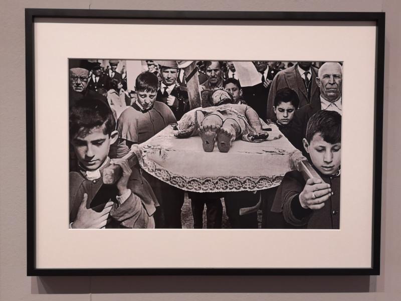 Foto di una festa religiosa in Sicilia alla mostra a Palermo di Scianna