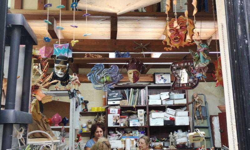 Dentro la bottega La Cartapesta di Lecce