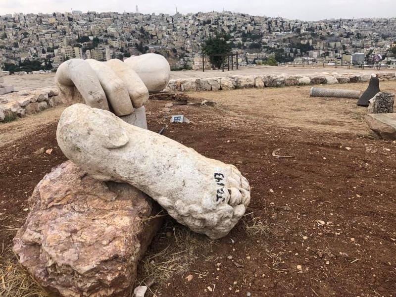 Tre dita della mano e il gomito, di Ercole nella cittadella ad Amman