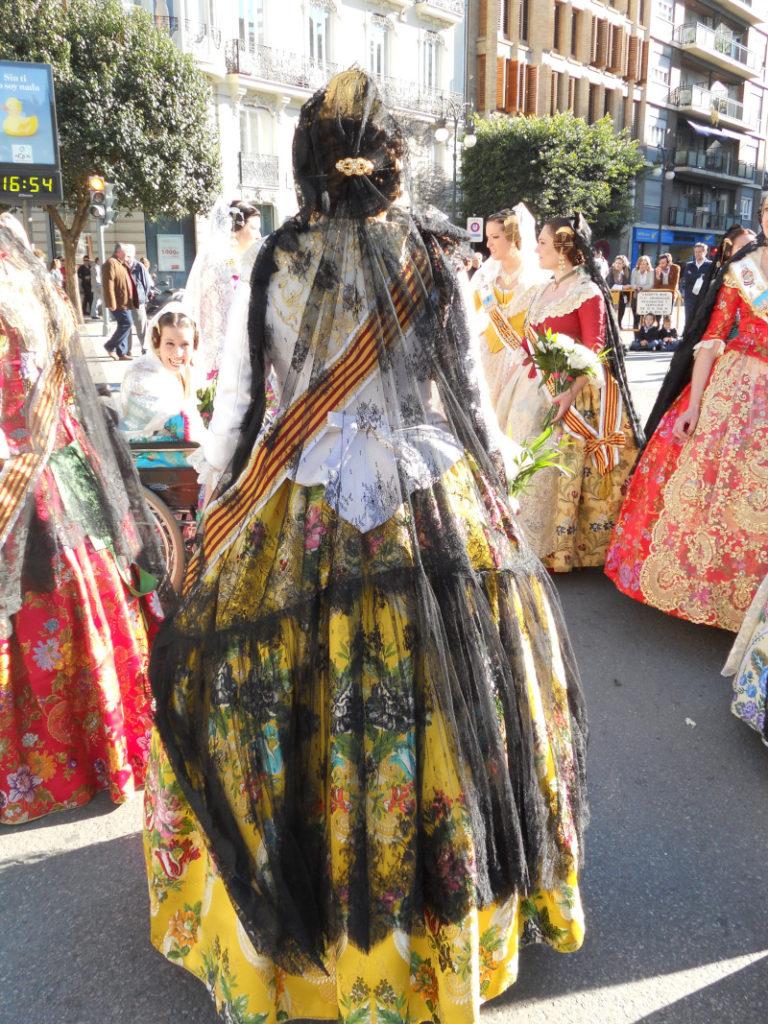 Donne in abiti tradizionali della festa Las fallas di Valencia