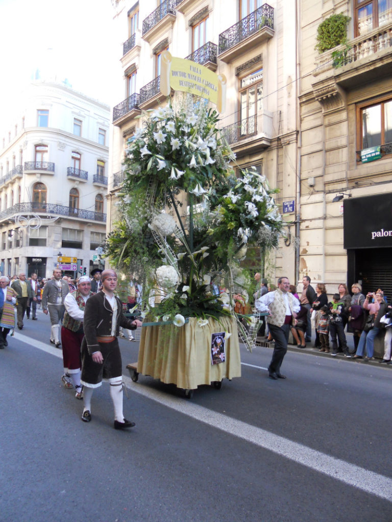 La sfilata per l' offerta-fiori dei fiori alla Vergine per la festa de Las fallas