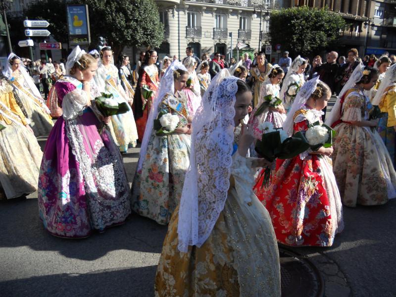 La sfilata della fallera infantil della festa di valencia