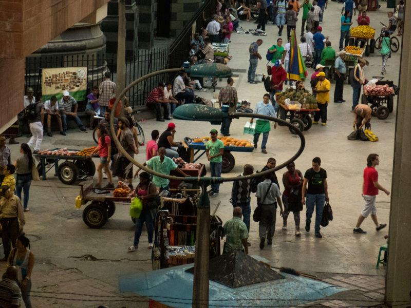 Piazza di Medellin con bancarelle di frutta
