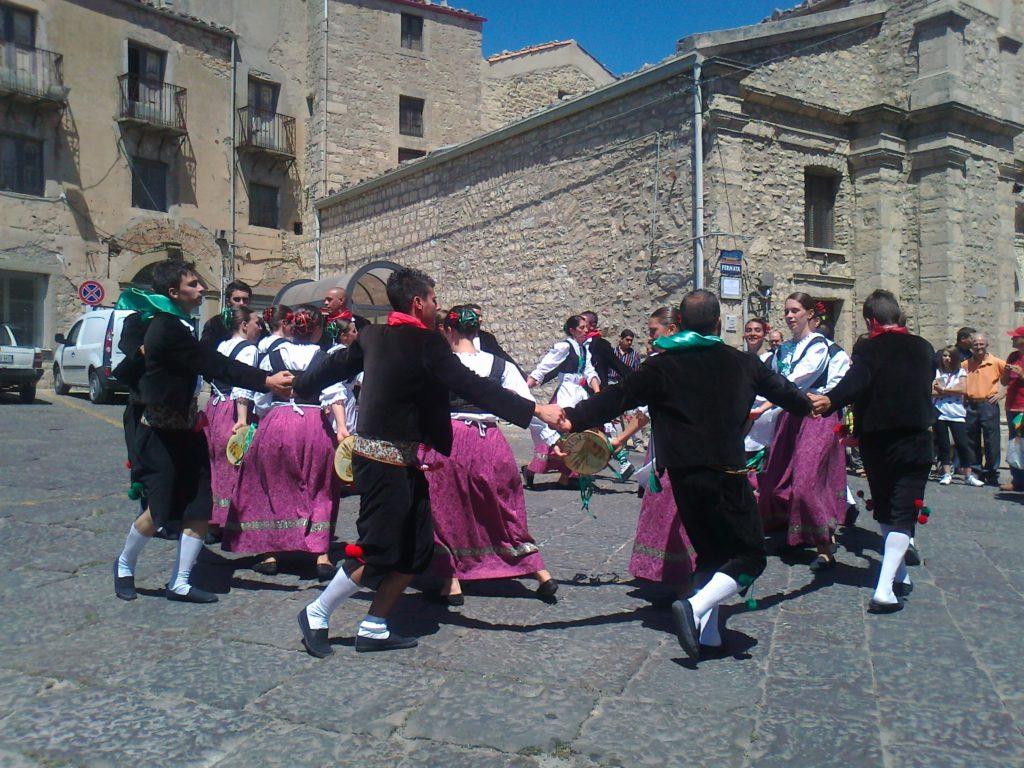 Le danze tradizionali della sagra della spiga e Festa-Burgisi del gruppo Folk Engium