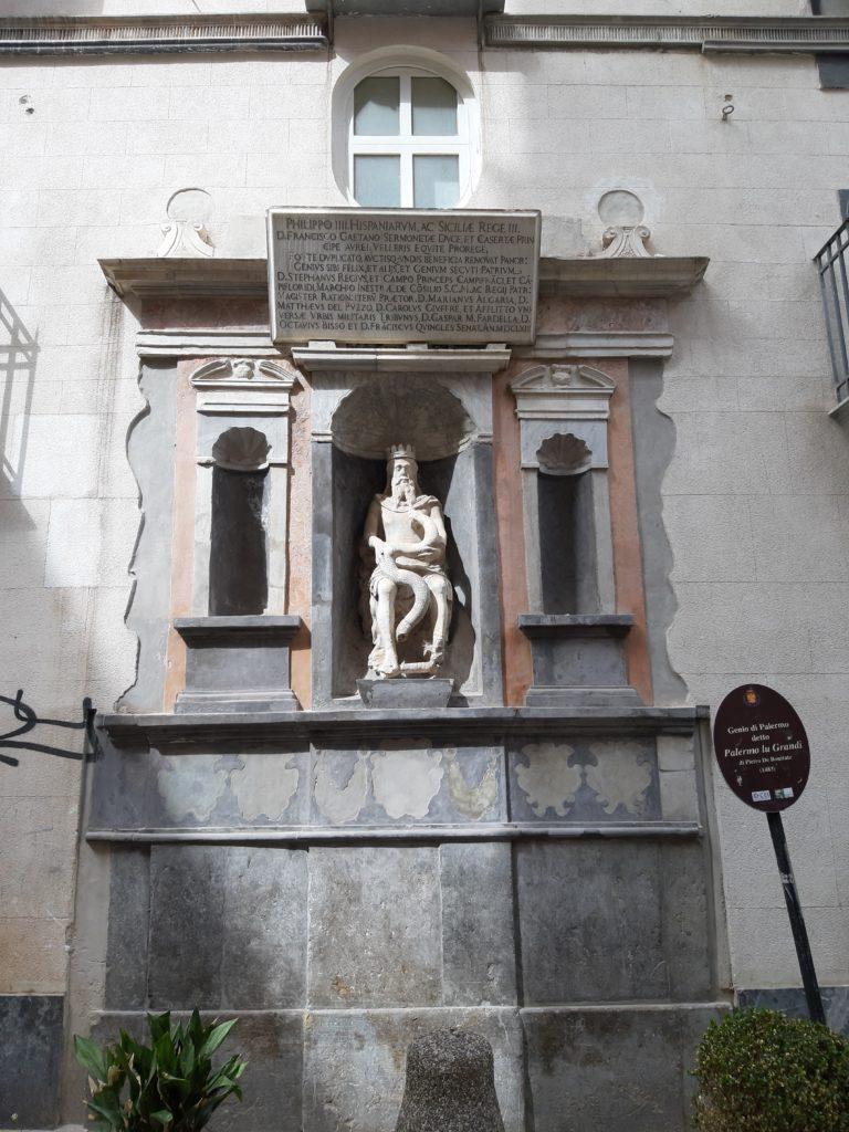 La statua del genio di Palermo alla Vucciriarmo