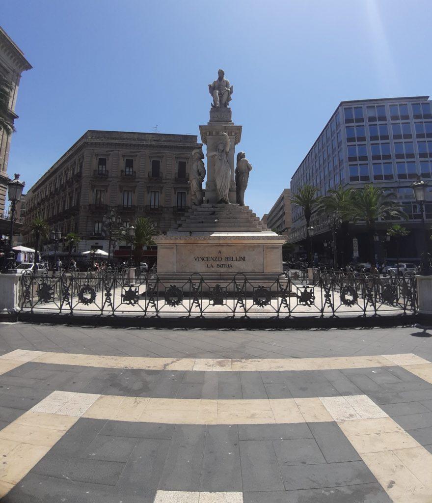 Piazza Stesicoro con la statua di Vincenzo Be