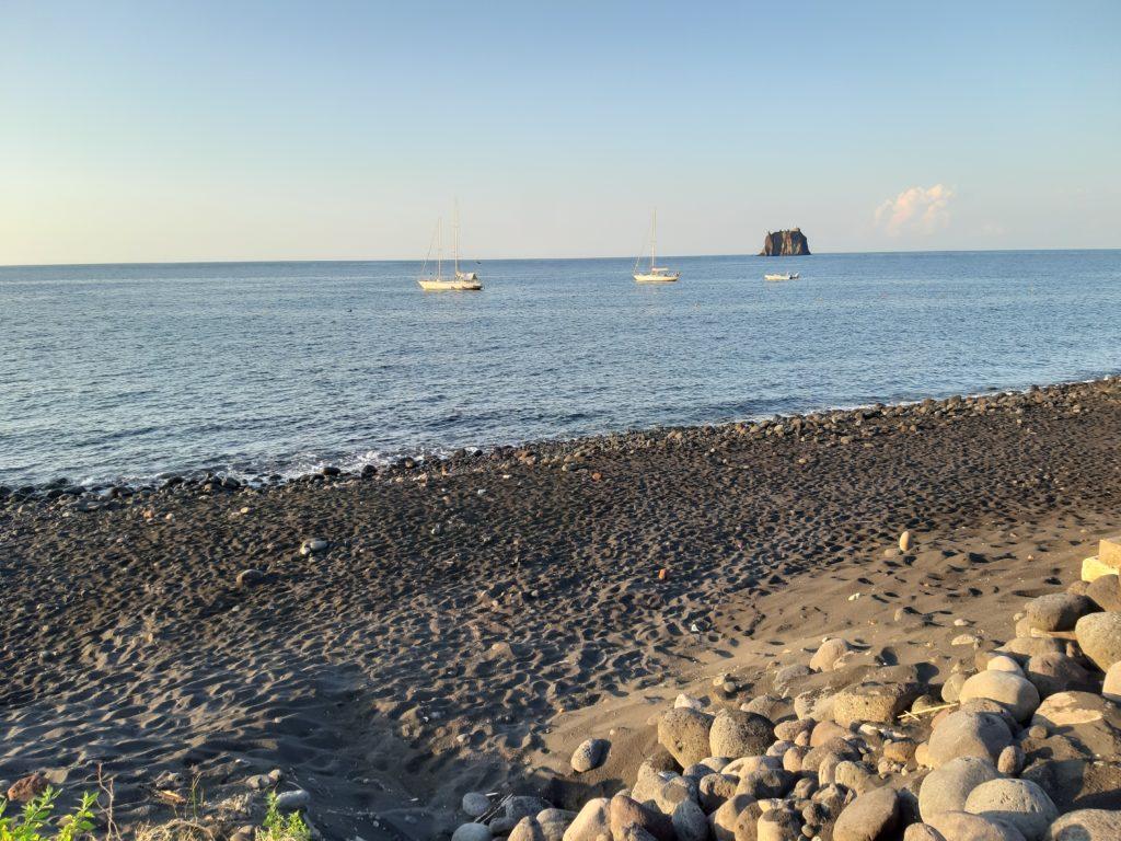 Spiaggia Stromboli con ciottoli e sabbia nera