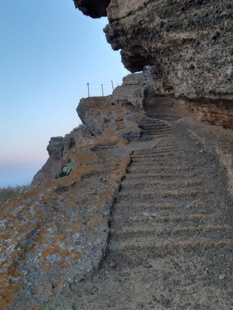 Sentiero verso la Rocca Falconiera di Ustica
