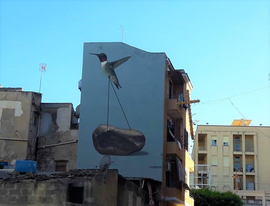 """Murales """"Colibrì che spinge un masso"""" di Andrea Buglisi sge"""