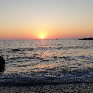 """É passata l'estate e sono spariti da Ig i tramonti. In questo periodo """"buio"""" mi piace ricordare i momenti belli della mia estate spensierata. Un' estate vissuta con l' illusione di avercela fatta e che presto avremmo ricominciato a vivere di nuovo una vita normale. Eccoci, invece di nuovo al punto di partenza... pronti a combattere, forza che ritorneremo a viaggiare ed assaporare quella meravigliosa sensazione di leggerezza. E voi come vi sentite? #tramonto #isoleeolie #ritorneremoaviaggiare #damestravel #bepositive #beautifuldestinations #travelbloggeritaliane #viagging #siciliautentica #sicilia_bestphoto"""