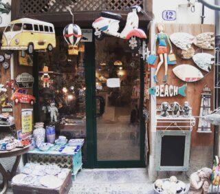 """Cefalù é un gioiellino, un borgo marinaro delizioso, mare fantastico ed una vista dall'alto meravigliosa ma non solo. É bello anche perdersi tra i suoi vicoli pieni di fiori e scoprire deliziose botteghe dove sembra che il tempo si sia fermato: giocattoli in latta, vecchie insegne ed oggetti che ti """"raccontano """"di tempi andati. #cefalu #siciliagram #discoverplaces #tempiandati #giocattolivintage #beautifuldestinations #vintagestyle #botteghe #darlingescape #restoinitalia #passeggiando"""
