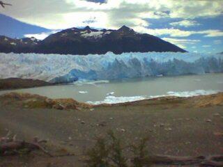 È un pomeriggio di febbraio grigio e triste. Sto ordinando le foto e mi soffermo su uno dei miei primi viaggi in autonomia, l' Argentina. Mi perdo nei ricordi, uno fra tutti la scalata del ghiacciaio Perito Moreno. Un'esperienza indimenticabile! Dopo l'Argentina ho fatto tanti altri viaggi ma il Perito Moreno insieme alle Cascate Iguazù rimarranno scolpite per sempre nel mio cuore e nella mia mente.  Qual' è la vostra esperienza di viaggio indimenticabile...quella che vi ha fatto battere forte il cuore? #esperienzeuniche #passportready #travelling #emozioniuniche #beautifuldestinations #ghiacciaio #argentina #natura #travelbloggerperlitalia #travelinspiration #viaggiareinsolitaria #damestravel #traveltheworld