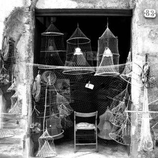 Sicilia black&white. Adoro le fotografie in bianco e nero. Voi preferite le foto a colori o in bianco nero? #fotoinbiancoenero #mysicily #oldmemories #sicilypictures #darlingescapes #insicilia #nassellovers #vecchimestieri #girovagando #cometosee #damestravel #travelinspiration #travelbloggeritaliane #photographylovers